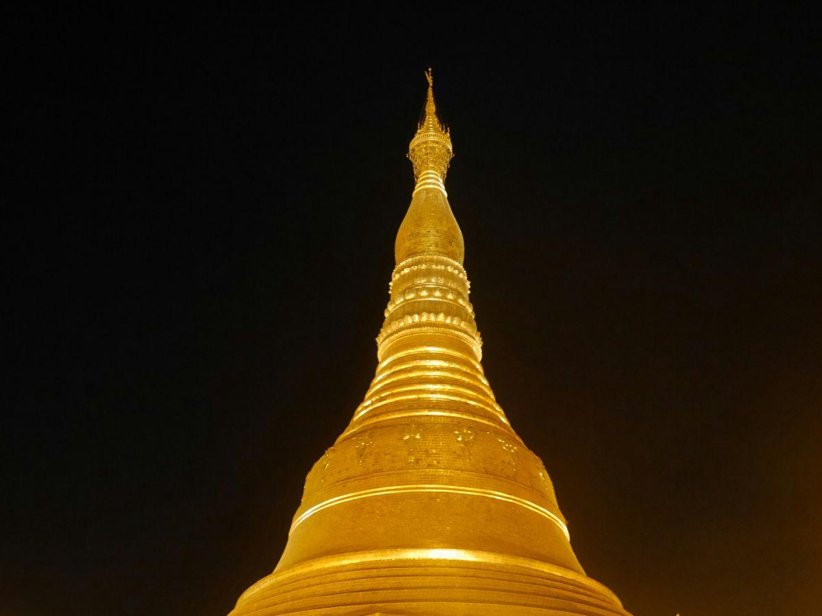 Goldene Kuppel der Shwedagon-Pagode vor schwarzem Himmel