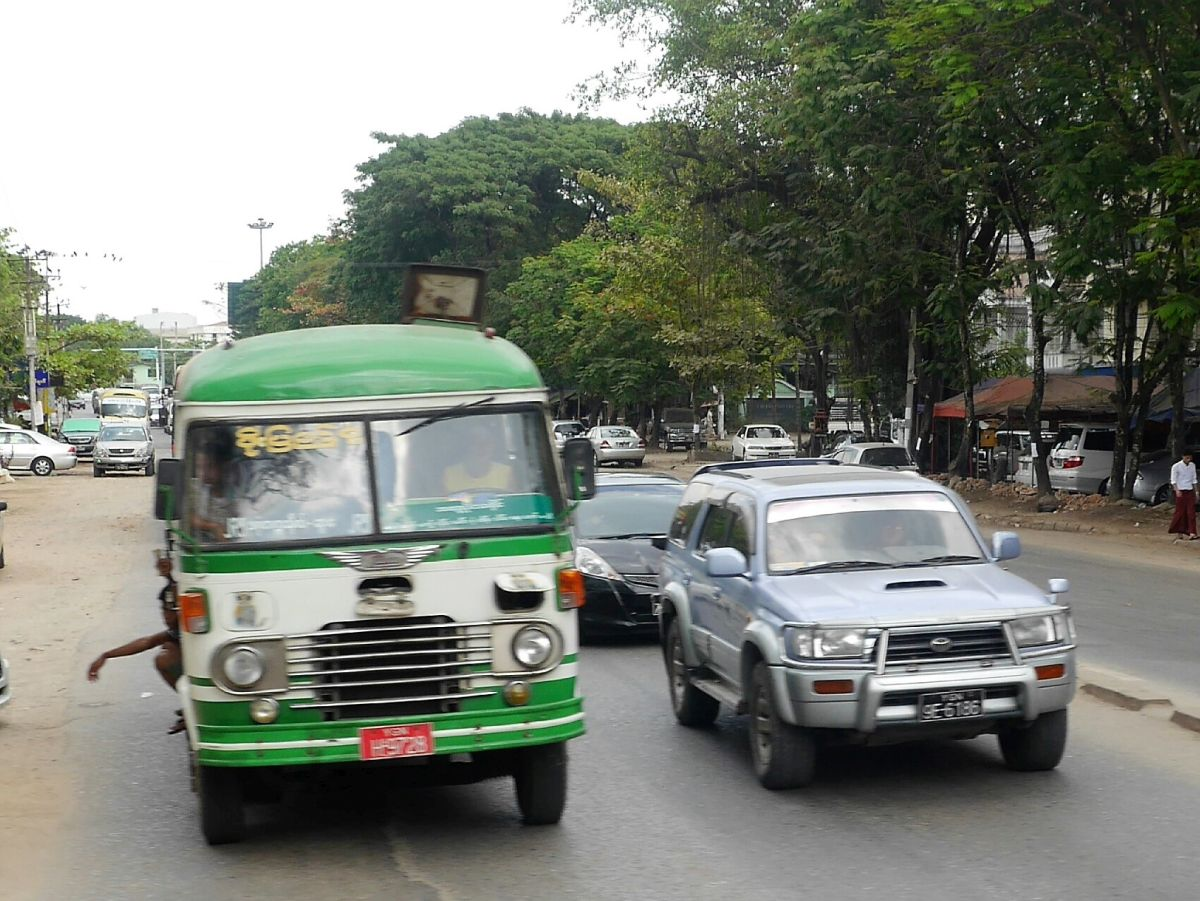 klappriger Bus in Yangon
