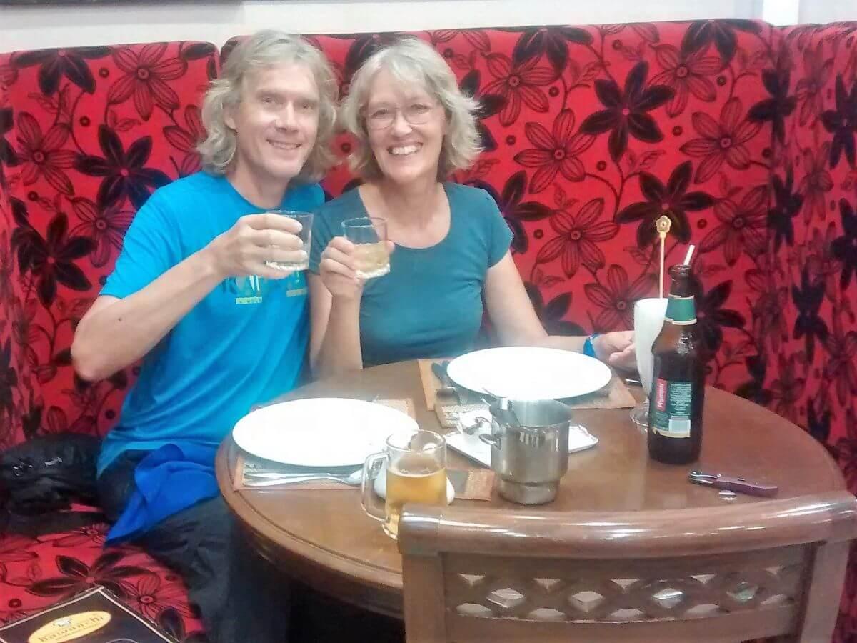 Gina und Marcus im Restaurant in Yangon