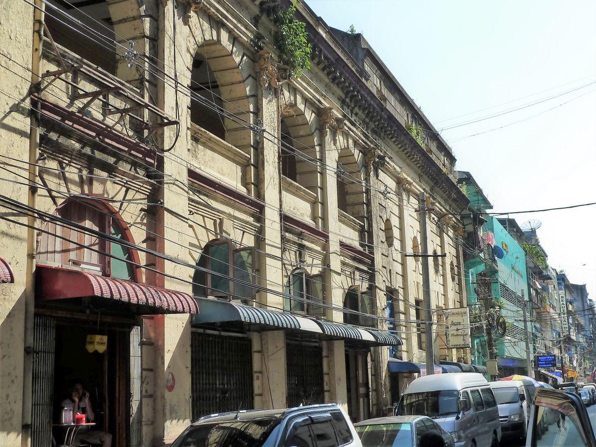 Straße mit mehrstöckigen Altbauten