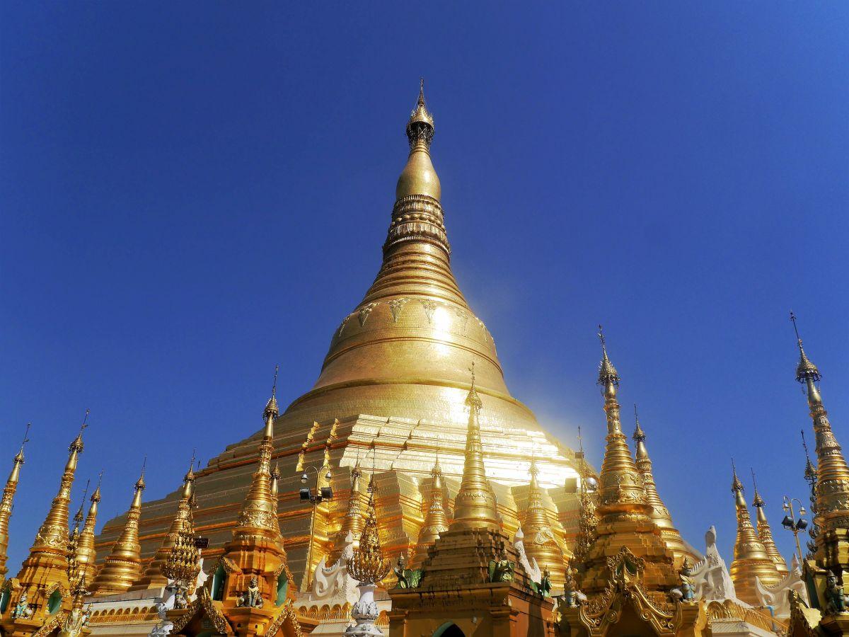goldene Kuppel der Shwedagon-Pagode bei Tageslicht