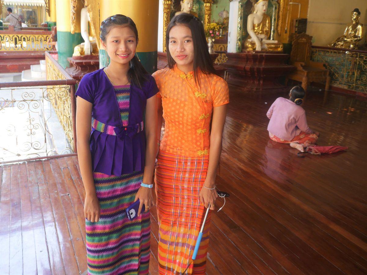 zwei Mädchen in der Shwedagon-Pagode