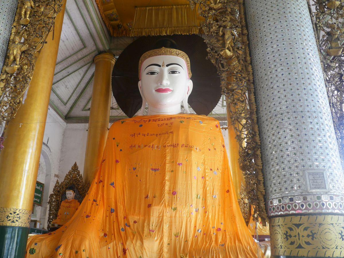 Buddha-Figur mit orangenen Tücher umhüllt