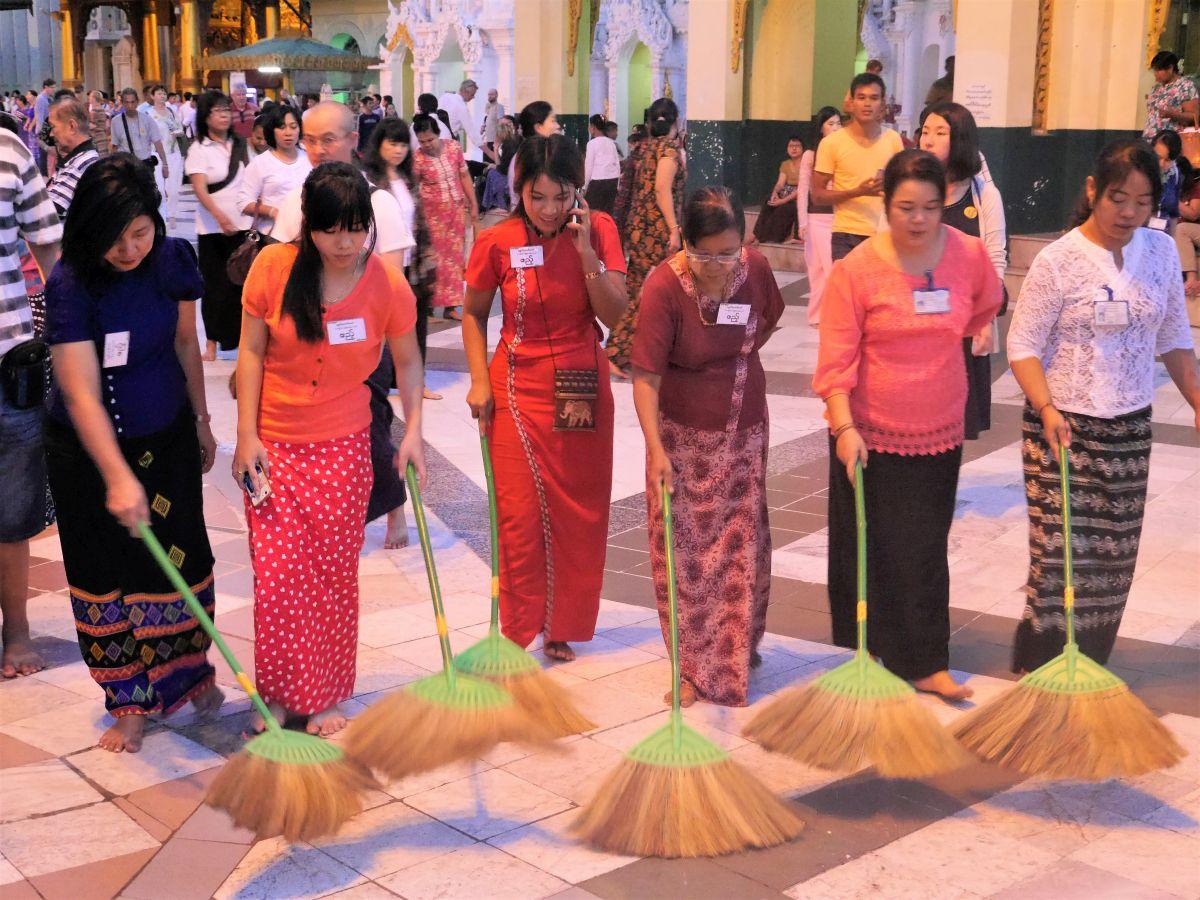Frauen mit Reisigbesen fegen in der Shwedagon-Pagode