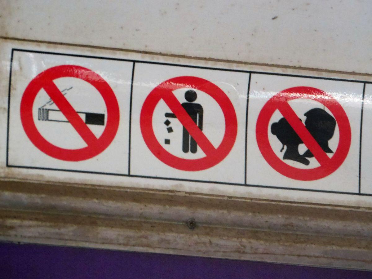 Verbotsschilder: Nicht rauchen, keinen Abfall wegwerfen, nicht küssen