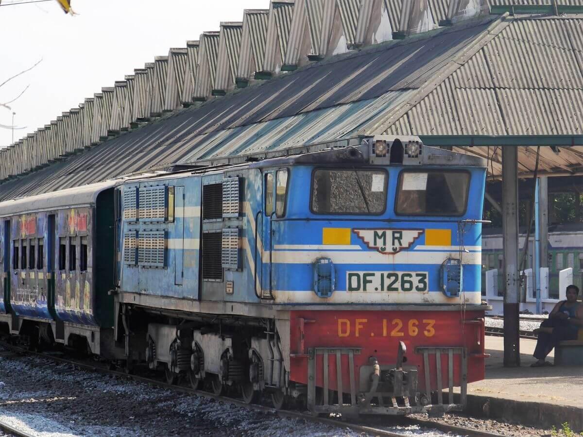 Zug der CircleLine im Bahnhof von Yangon