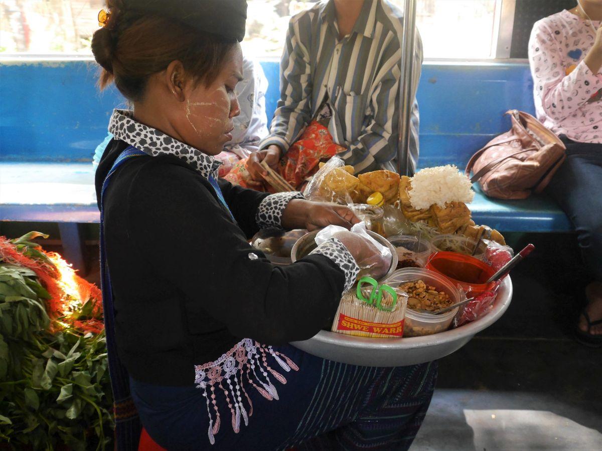 Verkäuferin bereitet Speisen im Zug zu