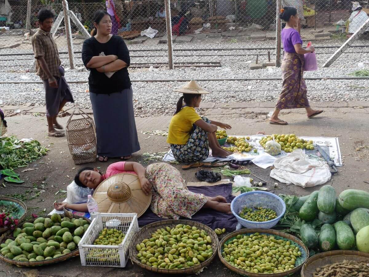 Verkäuferin schläft in ihrem Gemüsestand
