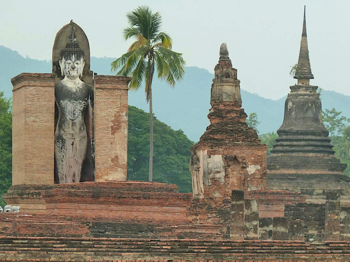 Stehende Buddha-Statue in Sukhothai.