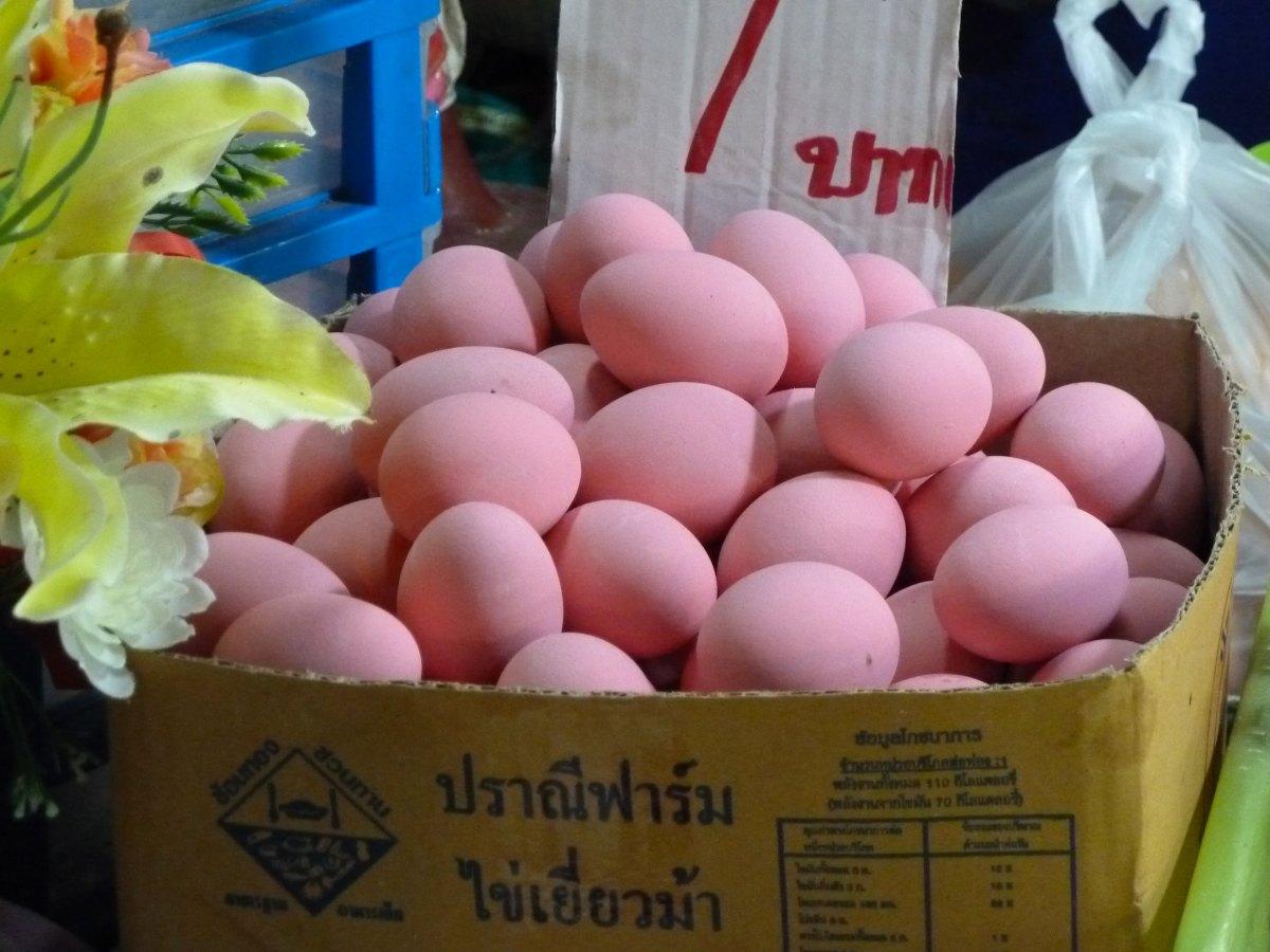 Karton mit pinkfarbenen Eiern auf dem Markt von Sukhothai.