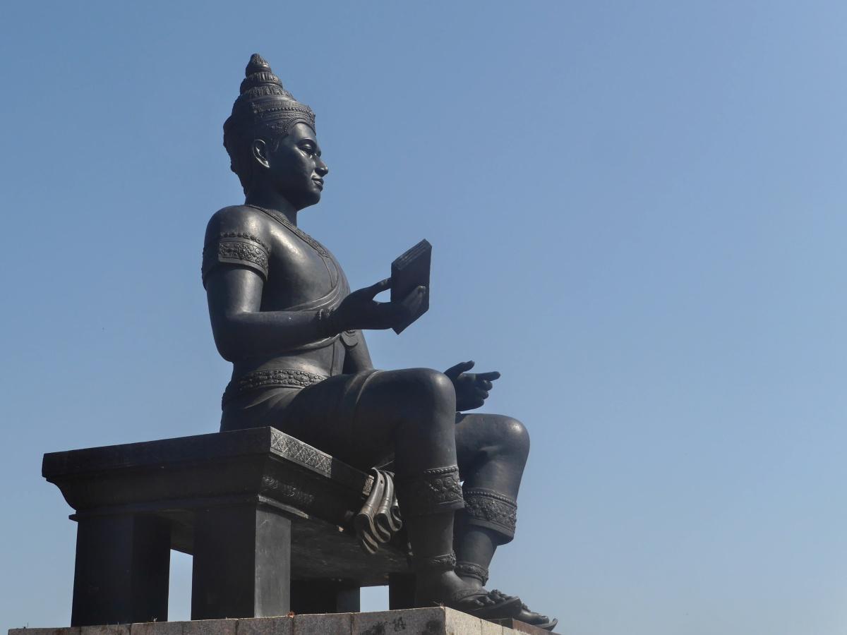 Schwarze Statue des sitzenden Königs.