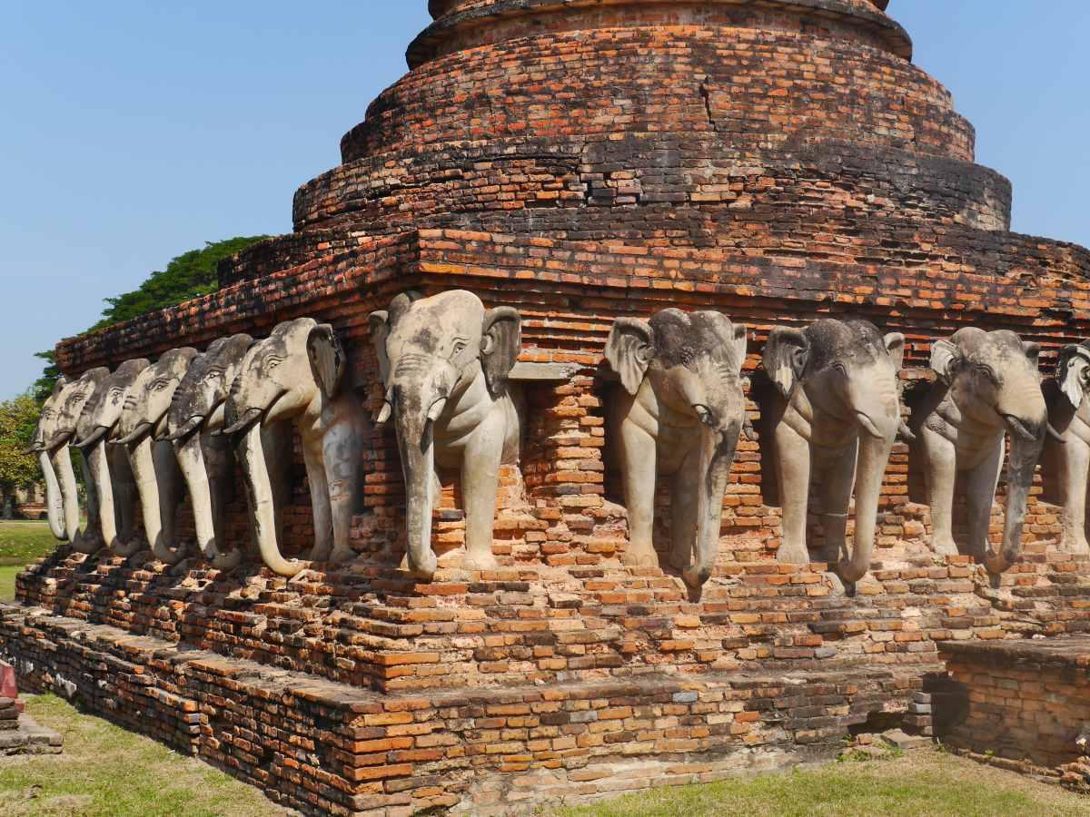 Chedi mit von Elefanten gesäumten Sockel.