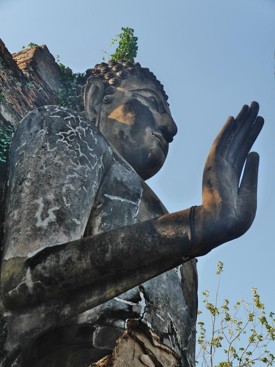 Buddha-Statue mit segnender Geste.