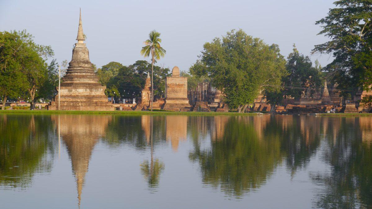 Tempel spiegelt sich im Teich in Sukhothai.