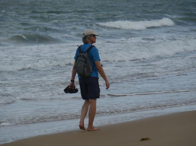 Marcus geht am Strand spazieren.