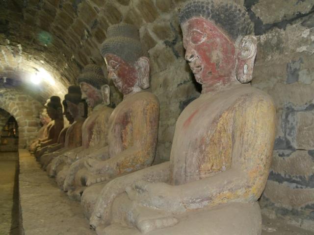Lange Gänge voller Buddhastatuen