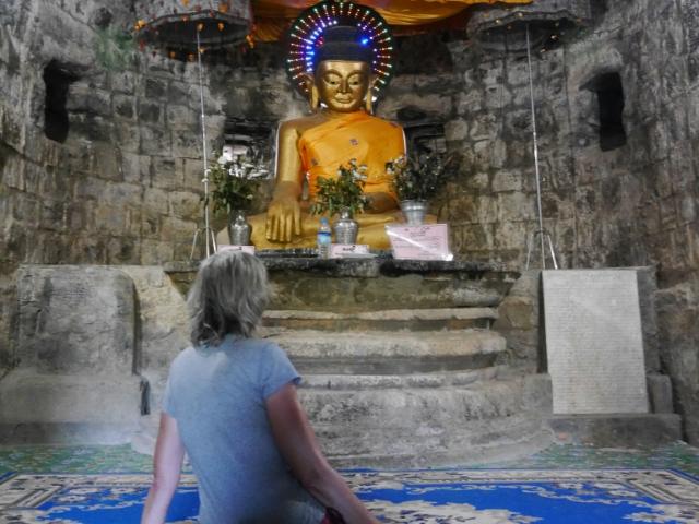 Gina sitzt vor dem blinkenden Buddha