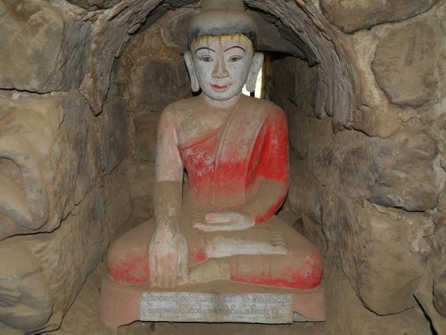 Buddha mit rotem angemalten Umhang