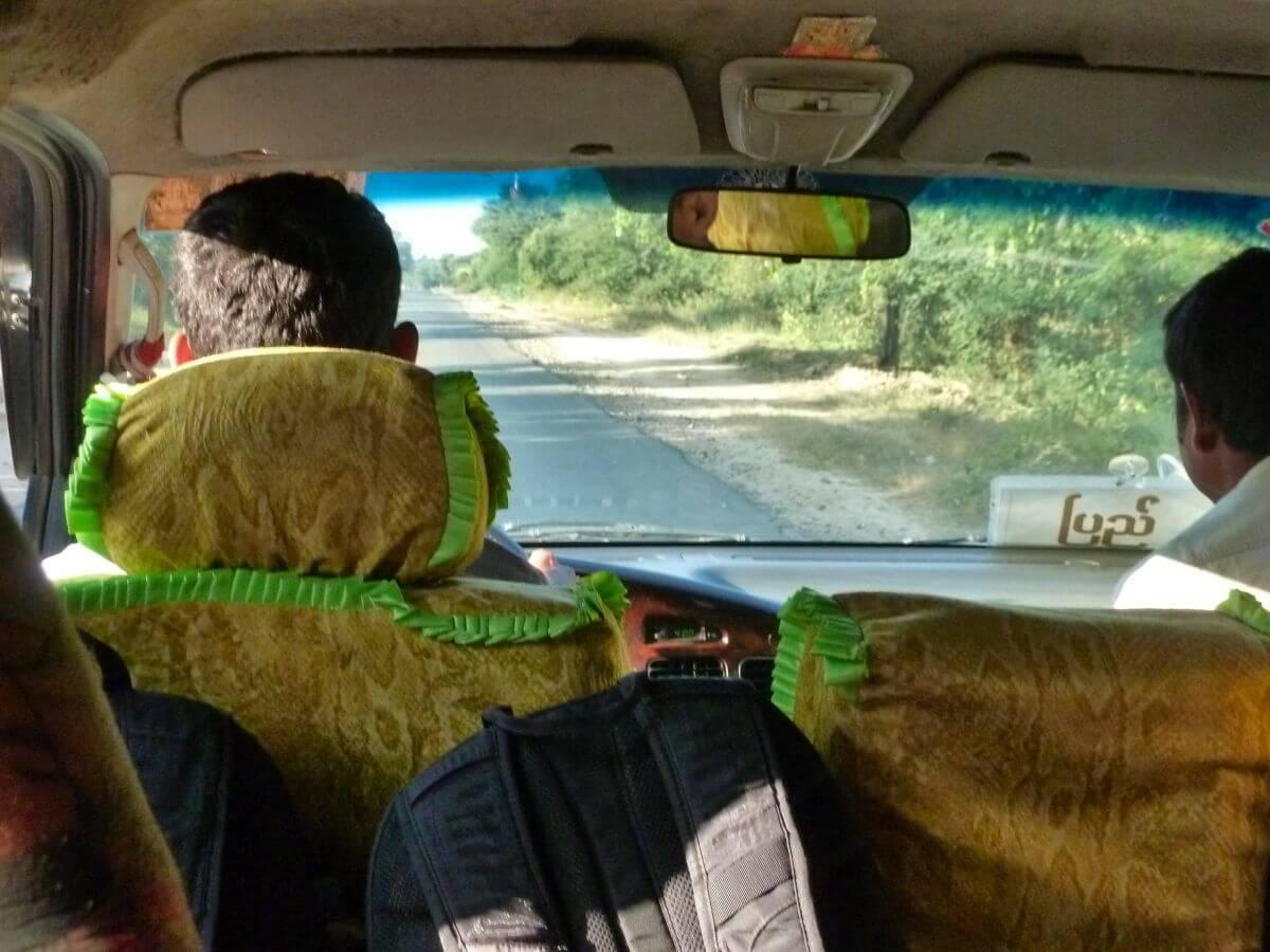 Blick aus dem vorderen Fenster des Kleinbusses nach Bagan.