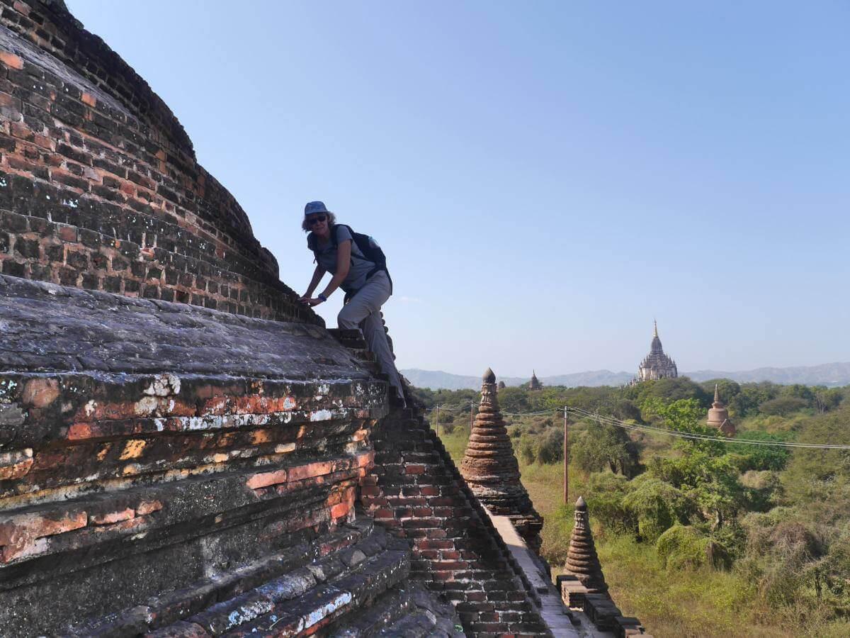Gina klettert auf steiler Tempel-Kuppel.