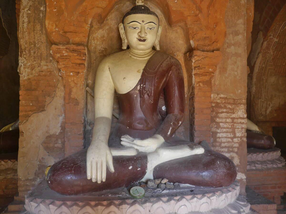 sitzende Buddhafigur in einem Tempel in Bagan.