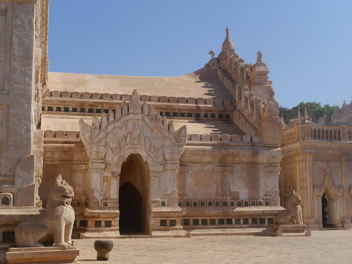 Helle Fassade mit Steinlöwen des Ananda-Tempel in Bagan.
