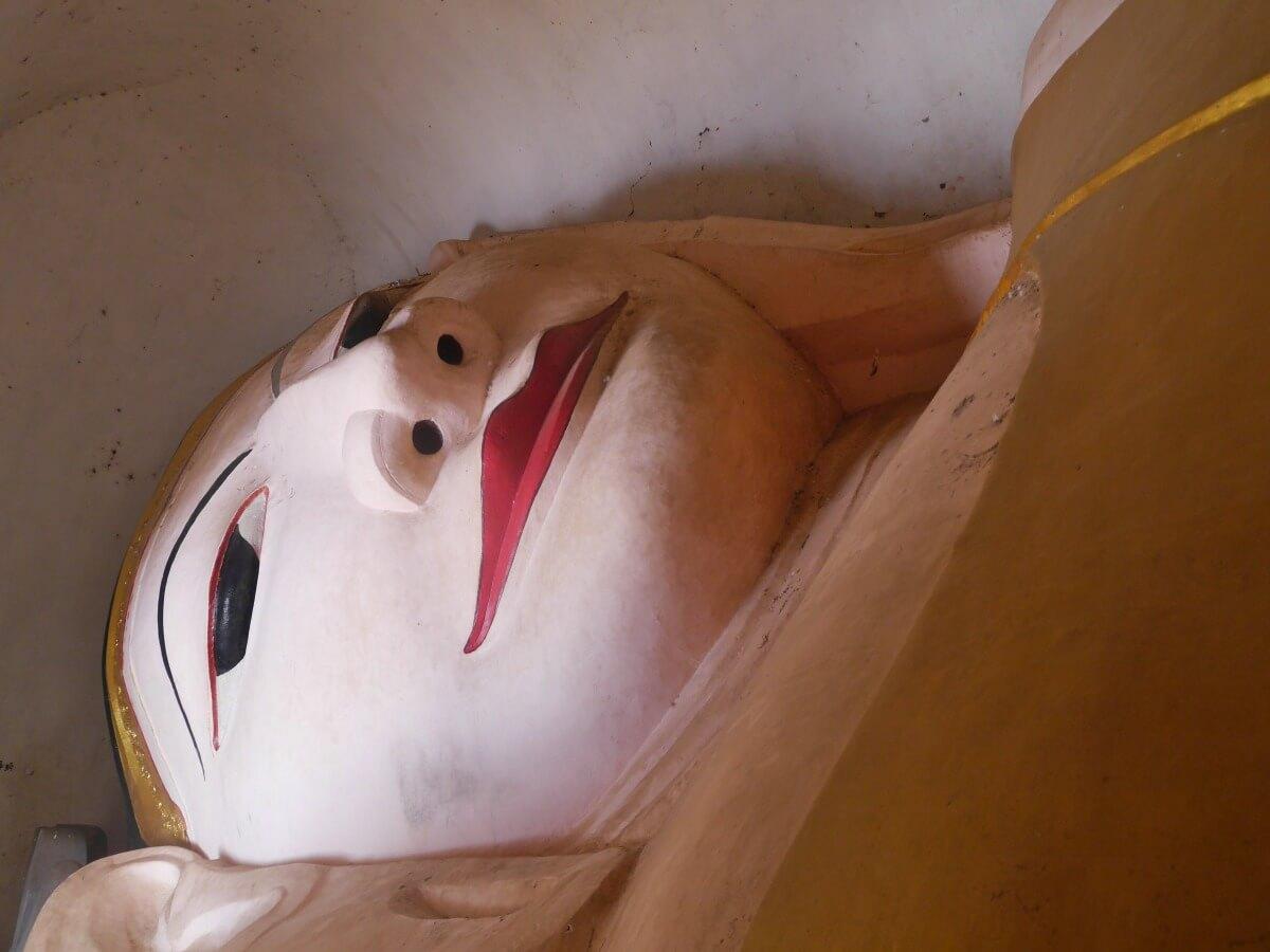 Gesicht eines liegenden Buddhas.