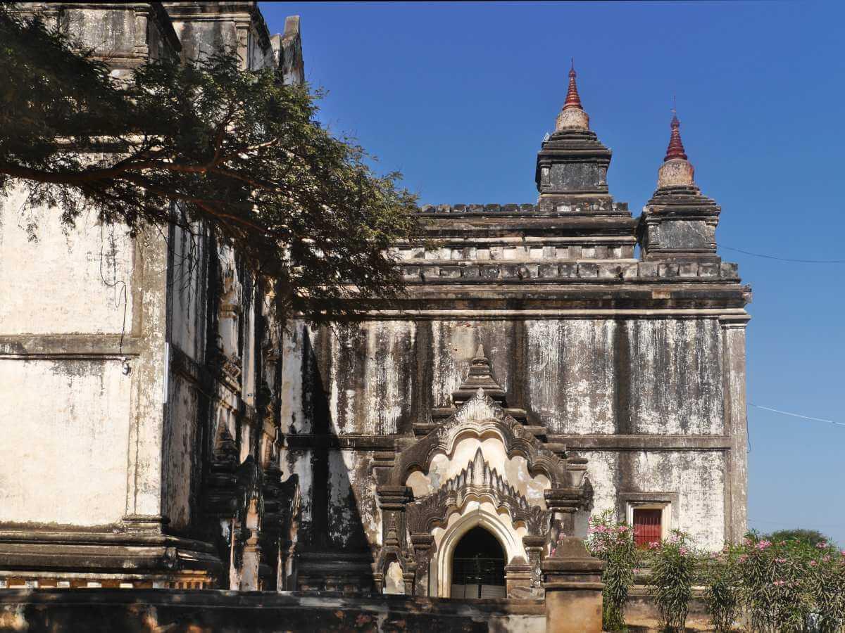 Tempelfassade mit Tür und Türmchen.