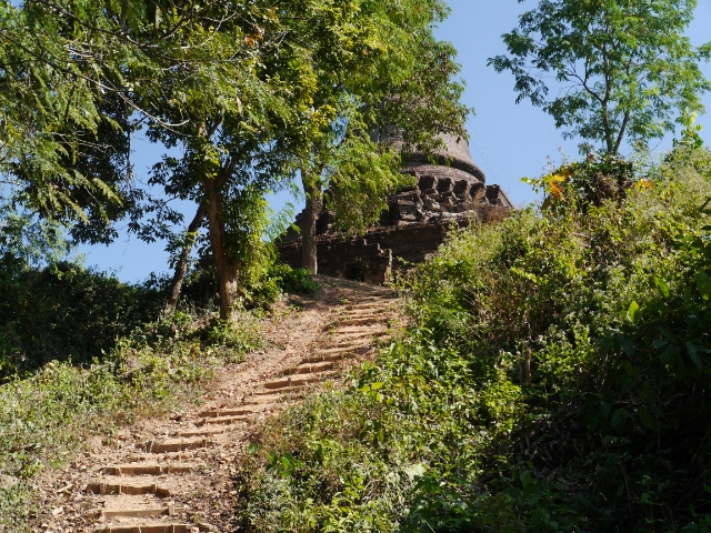 Viele Stufen führen zum Tempel empor