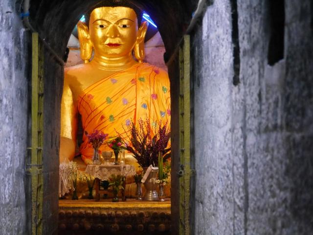 Der goldene Buddha im zentralen Heiligtum