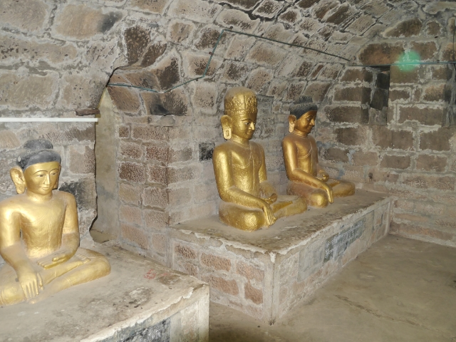 drei goldene Buddhas in Steinkammer