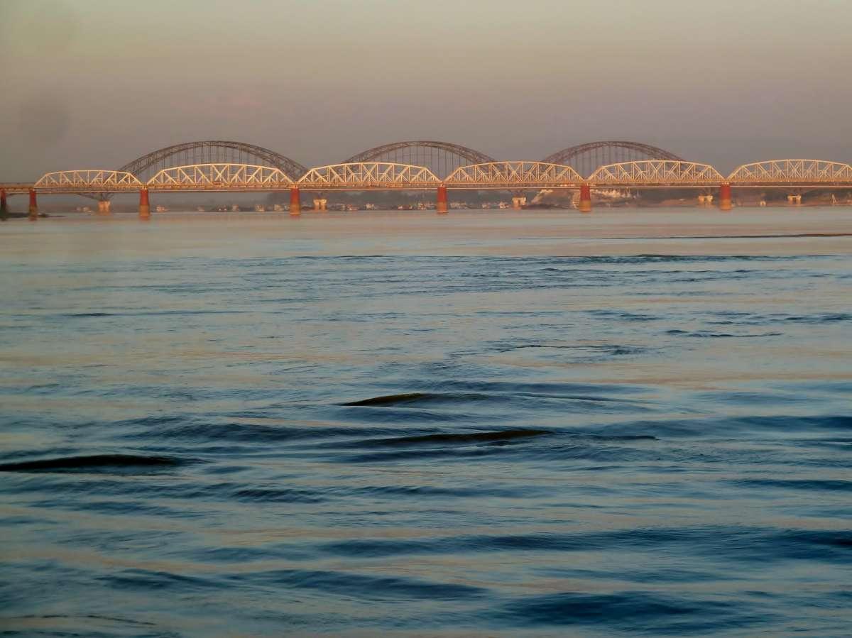 Brücke über den Irrawaddy im Abendlicht