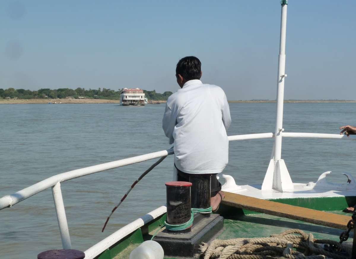 Mann mit langer Stange am Bug des Schiffes