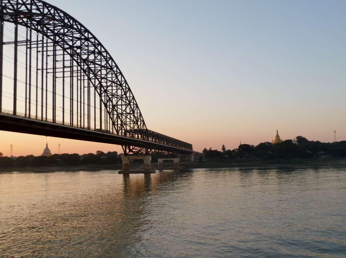 Große Brücke im Vordergrund, im Hintergrund Abendhimmel