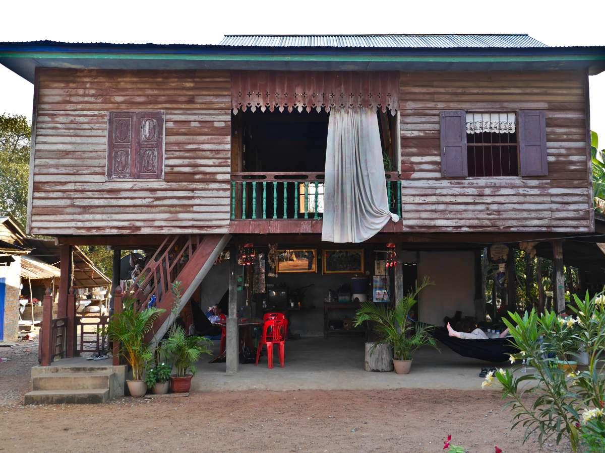 Holzhaus auf Stelzen in Banteay Chhmar.