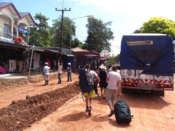 Reisende gehen über die staubige Grenzstraße