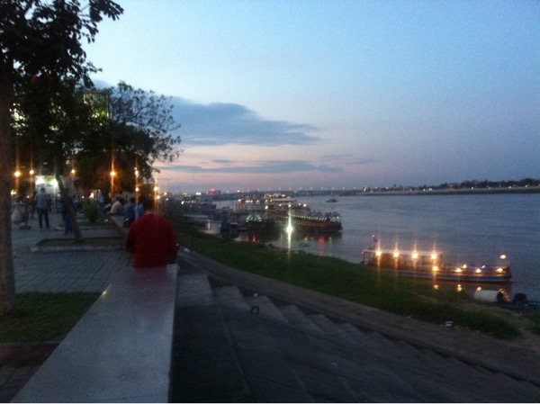 Flussufer im Abendlicht
