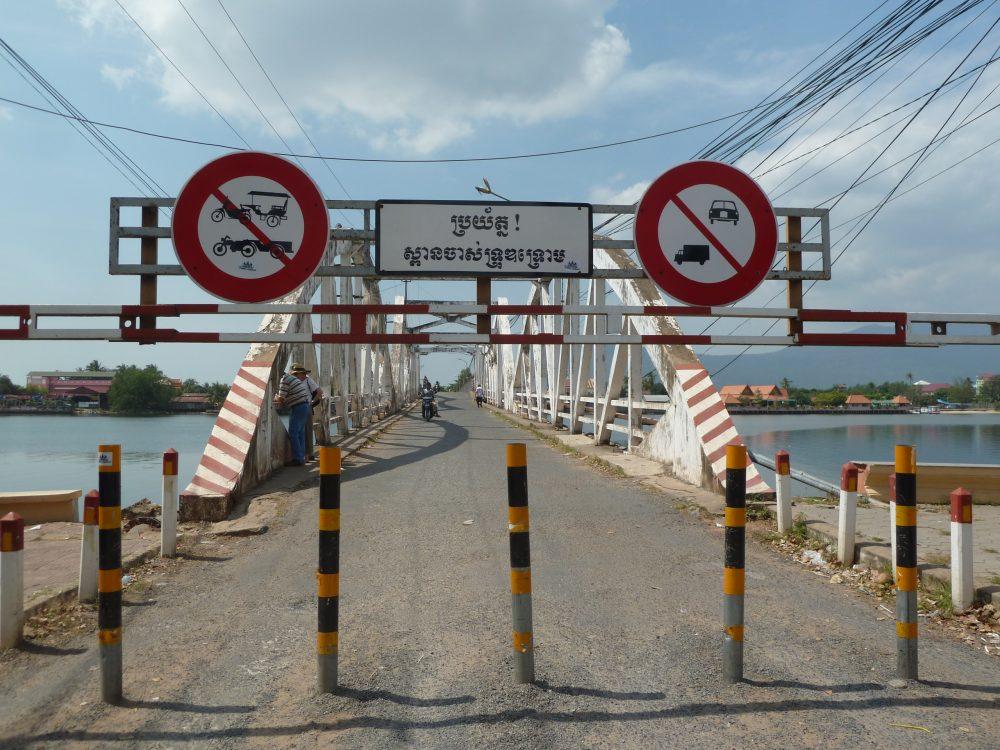 Zufahrt auf die alte Brücke in Kampot.