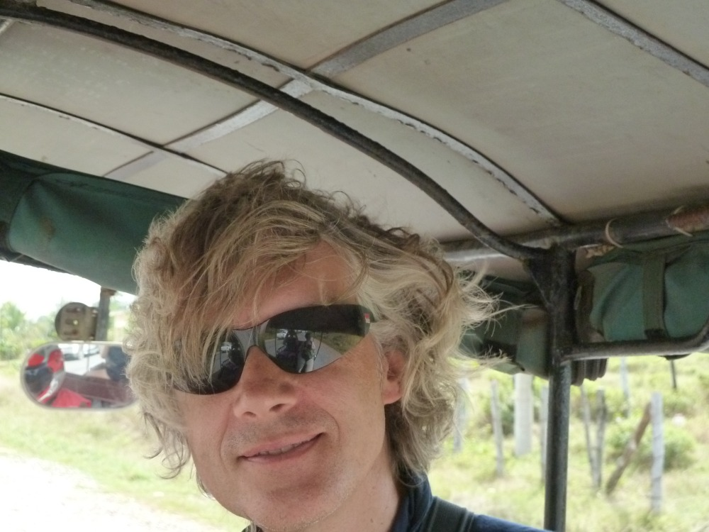 Marcus mit verwehtem Haar im Tuktuk.