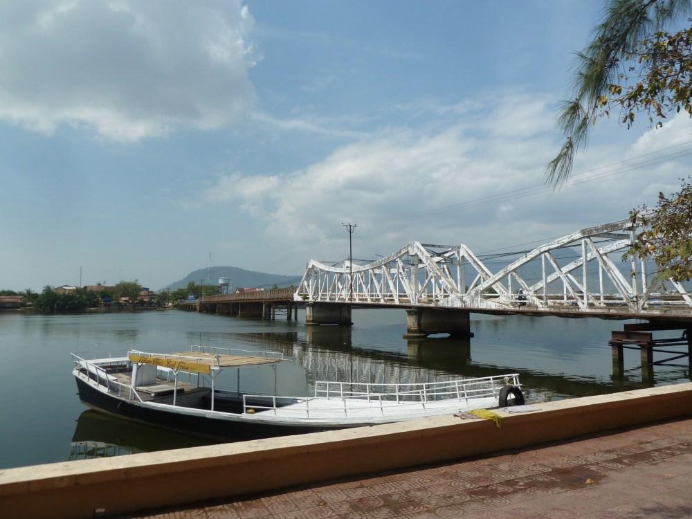 Alte Brücke mit unterschiedlichen Bögen.