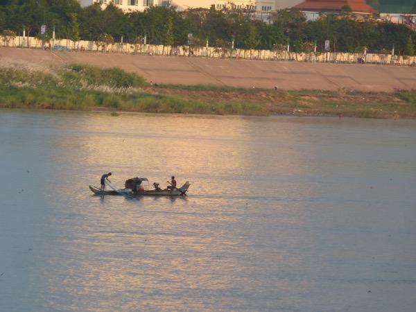 Fischer im Abendlicht auf dem Fluss