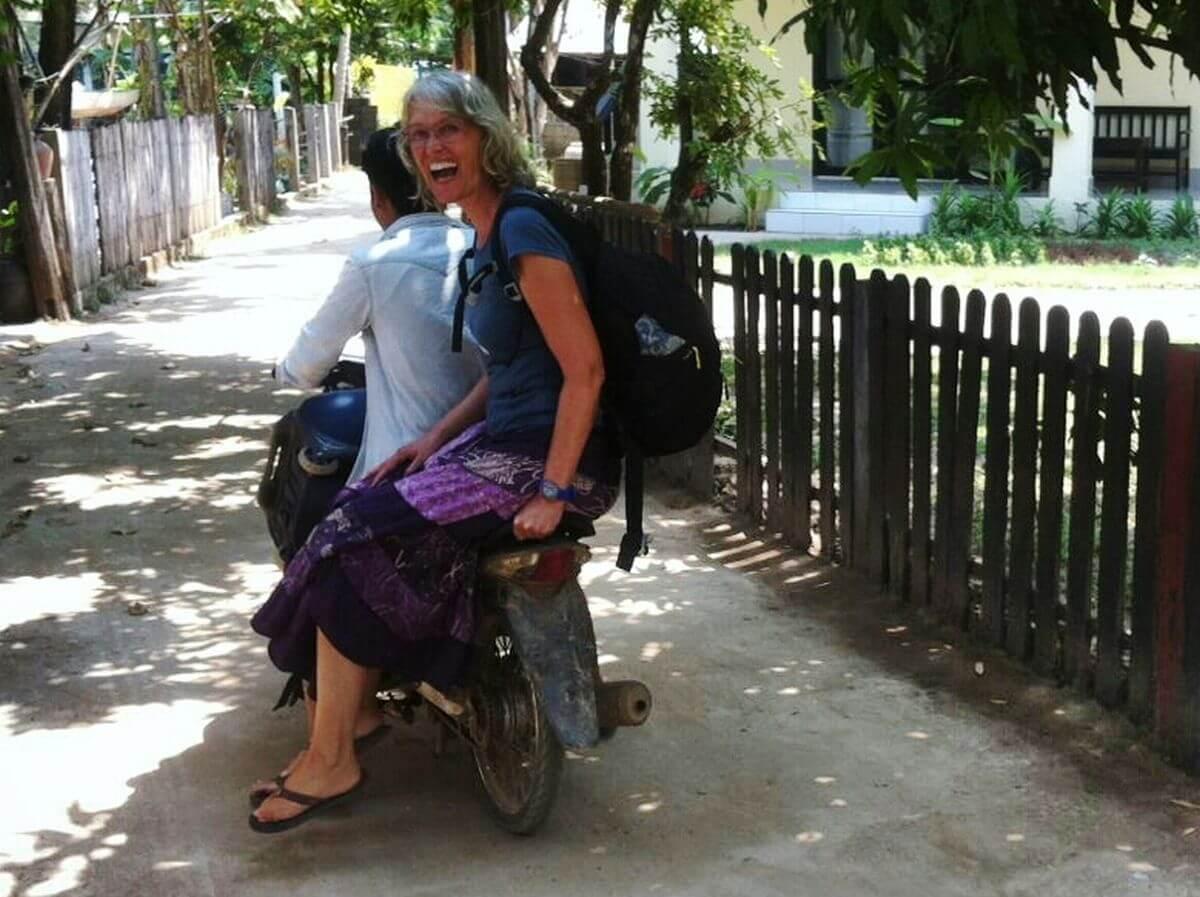 Gina auf dem Rücksitz des Motorrollers