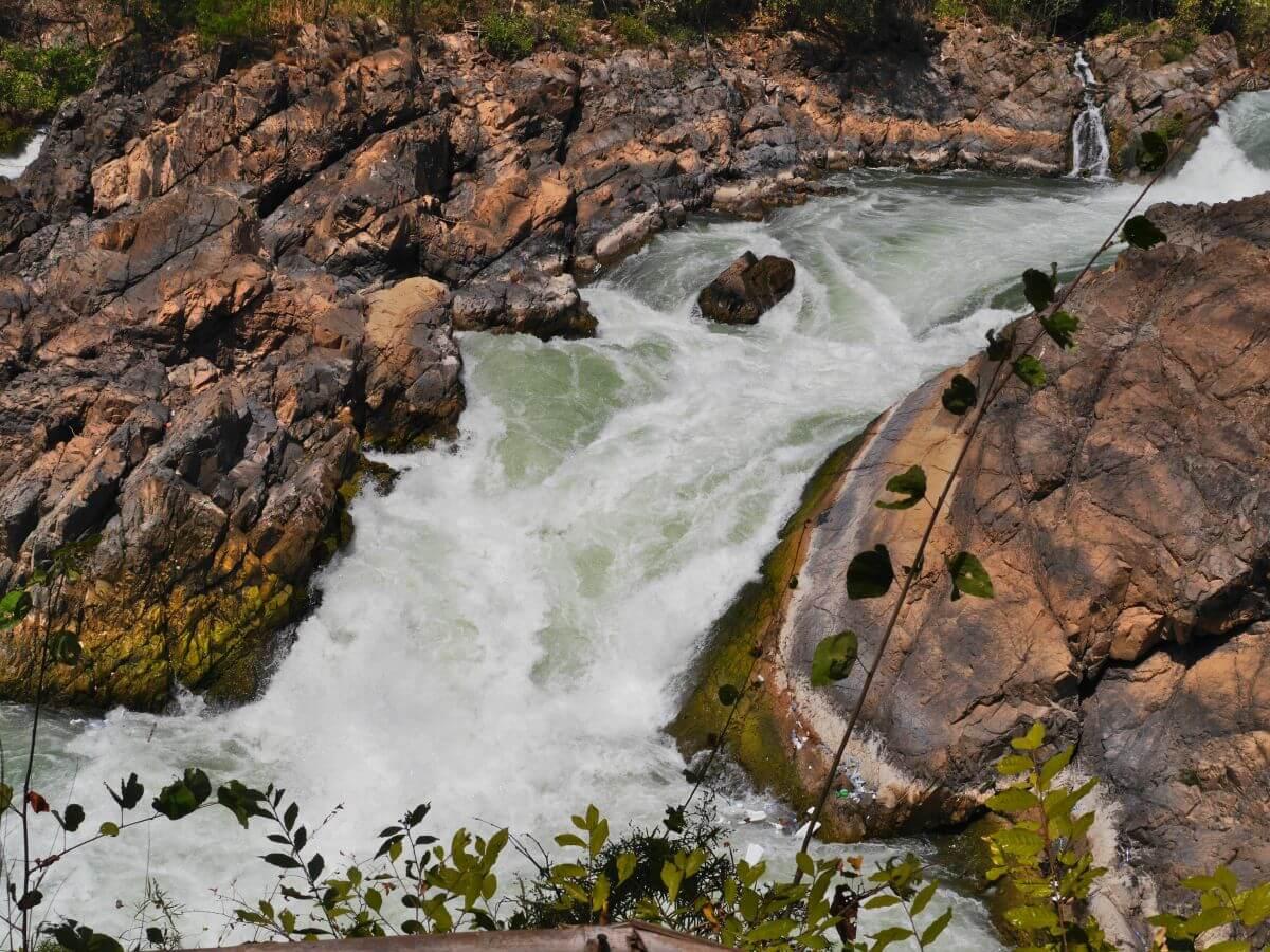 weißschäumender Arm des Wasserfalls zwischen Felswänden