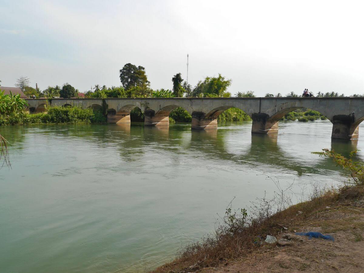 Steinbrücke mit mehreren Bögen über den Mekong