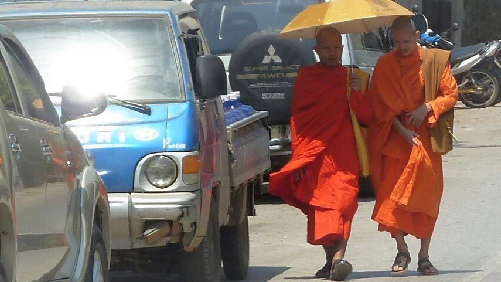 Zwei Mönche in Laos