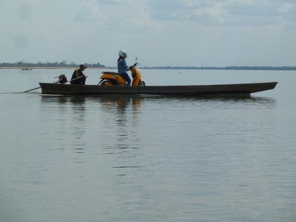 Boot mit Rollerfahrer als Passagier.