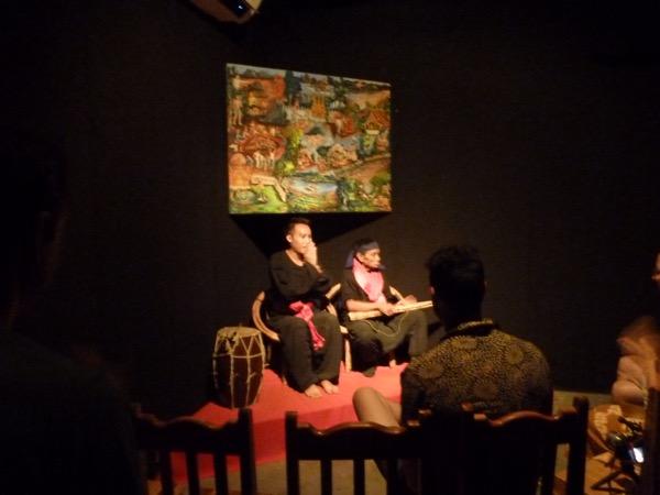 Zwei Männer sitzen auf der Bühne.