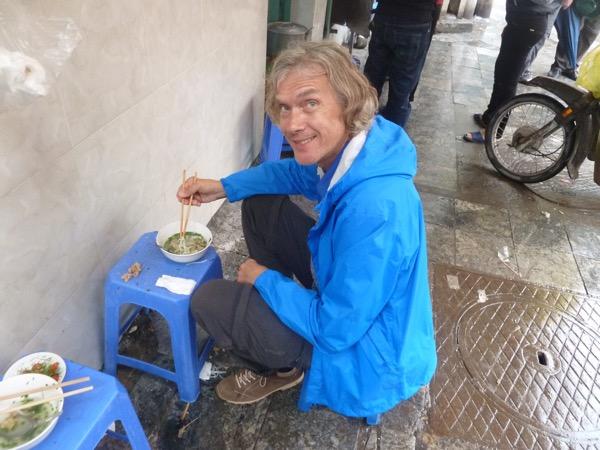 Marcus isst Suppe in der Straßenküche.
