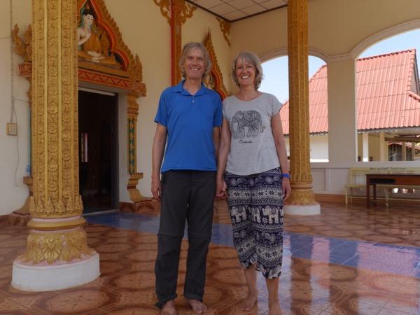 Gina und Marcus barfuß im Tempel.