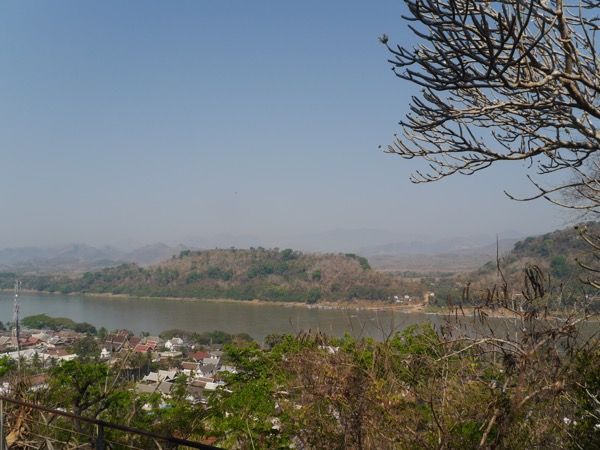 Blick über Mekong und Berge.